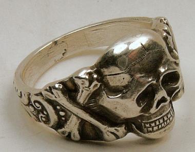 Totenkopfring mit gekreuzten Knochen