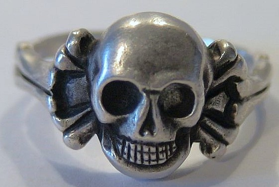 Totenkopfring mit Knochenband